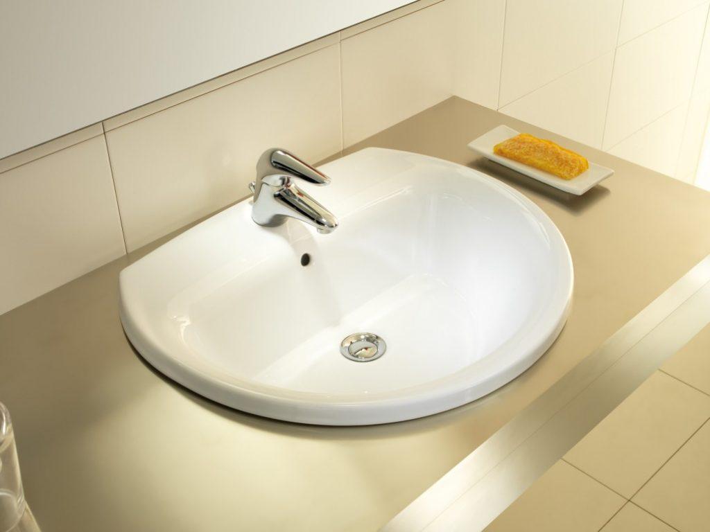 2-limpiar-lavamanos-de-porcelana