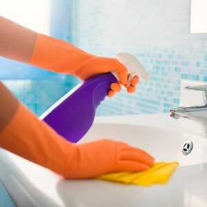 cleaning-the-bathroom-with-vinegar_handwash